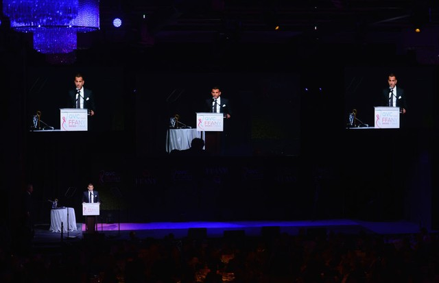 Alexandre Birman discursa no palco do gala (Foto: Brad Barket/Getty Images)