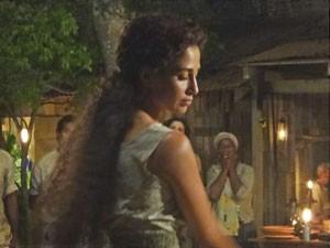 Isabel começa a dançar (Foto: Lado a Lado/TV Globo)