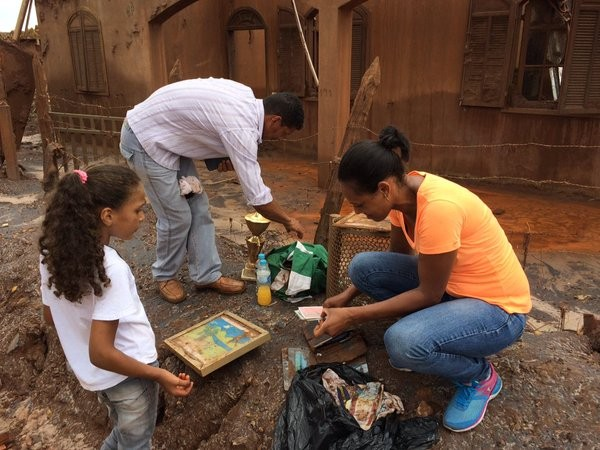 Família procura objetos perdidos com a enxurrada de lama (Foto: Flávia Mantovani/G1)