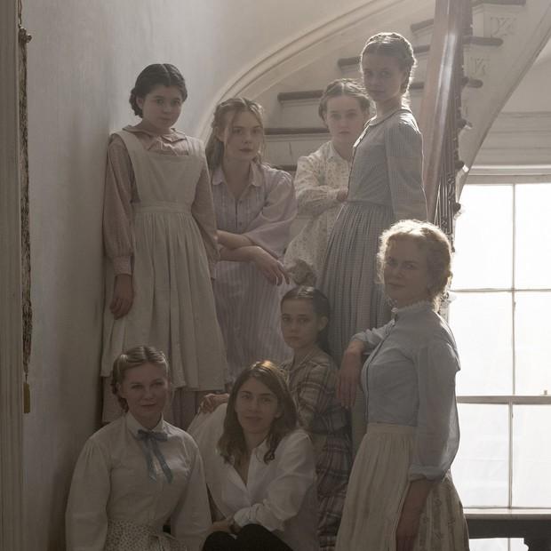 A diretora Sofia Coppola entre as atrizes Nicole Kidman, Kirsten Dunst, Elle Fanning e demais protagonistas do filme (Foto: Divulgação)