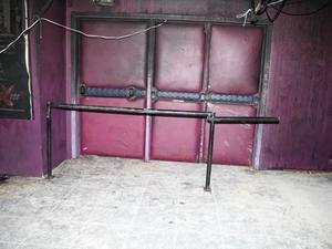 Guarda-corpo arrancado pelo público e reposicionado por peritos na porta da boate - Kiss 24 erros (Foto: IGP-RS/Reprodução)