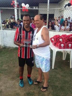 Torcedor Marquinhos Pereira dando troféu ao ex-atacante Índio (Foto: Wagner Chaló/GloboEsporte.com)