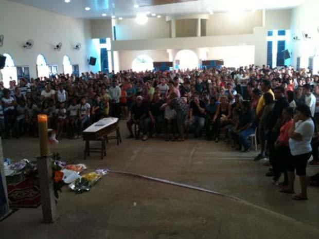Velório atraiu centenas de pessoas (Foto: Carlos Adams/G1)