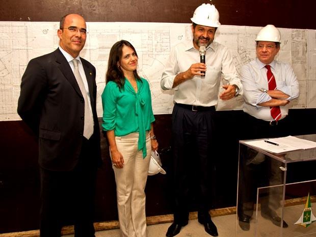 Paola entre Agnelo Queiroz e o ex-procurador Geral, Marcelo Castello Branco, durante visita do governador à nova sede da Procuradoria Geral do DF (Foto: PGDF)