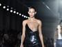 Grife exagera nos decotes e na transparência no Paris Fashion Week