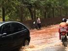 Chuva deixa bairros sem energia e alaga a Rua da Divisa, em Goiânia