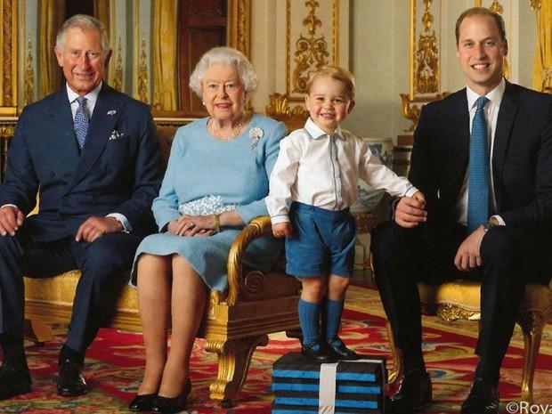 Rainha Elizabeth II, que vai completar 90 anos, foi fotografada ao lado do filho Charles, do neto William e do bisneto George (Foto: Royal Mail/Reprodução)