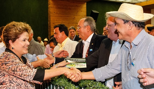A presidente Dilma Rousseff durante visita à Associação dos Fornecedores de Cana de Pernambuco (Foto: Roberto Stuckert / PR)