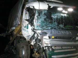 Acidente na BR-163 em MT deixou uma pessoa ferida (Foto: Marcos Felipe/Bombeiros MT)