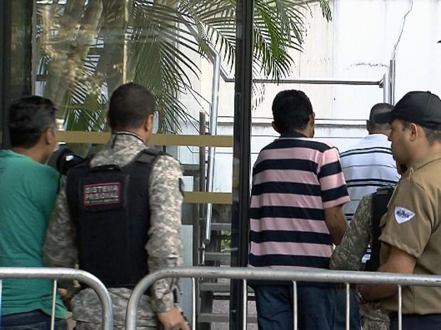 Réus da Chacina de Unaí chegam para julgamento, em Belo Horizonte (Foto: Reprodução/TV Globo)