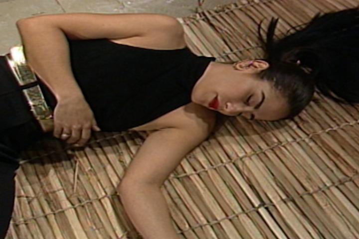 Dalua bate com um pau na cabea de Raquel e ela desmaia (Foto: reproduo/viva)