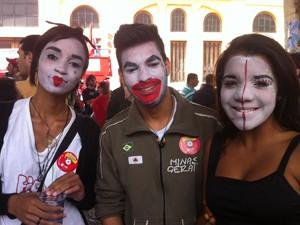 Jovens pintaram os rostos em protesto à decisão da PM de tornar obrigatória a identificação dos rostos (Foto: Luiza Andrade/ G1)