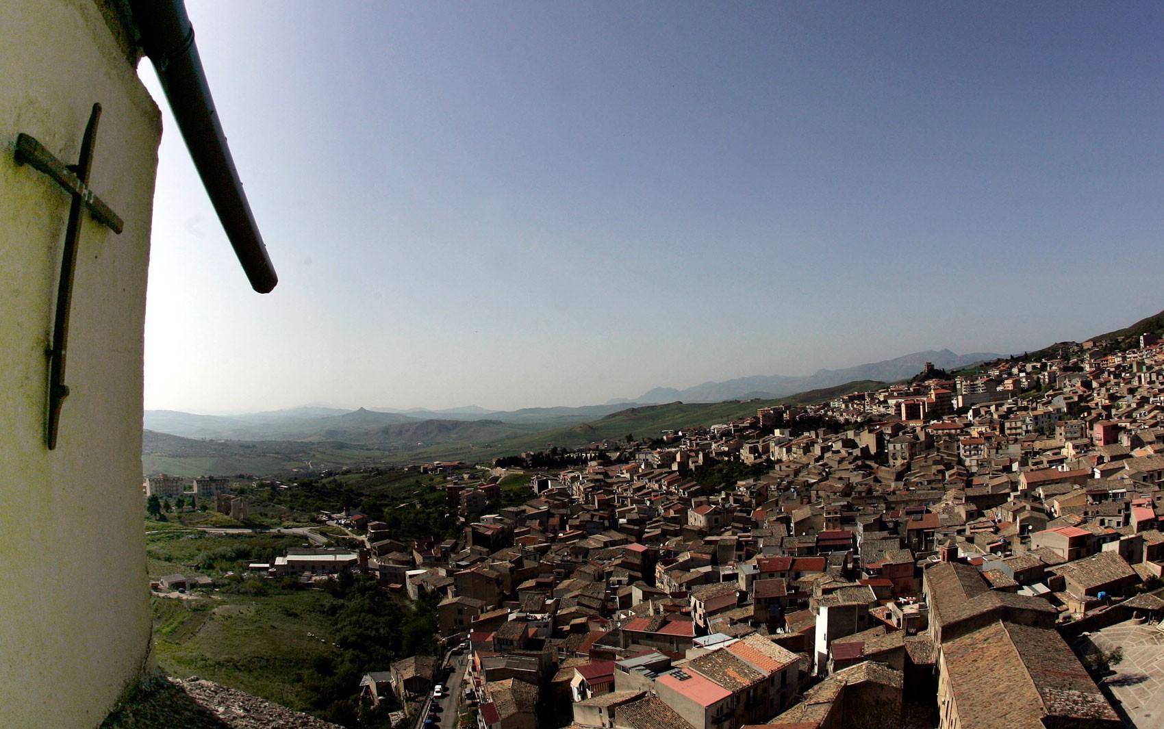 Vista de parte da cidade de Corleone, na Itália, em foto de 24 de abril de 2006 (Foto: AP Photo/Gregorio Borgia)
