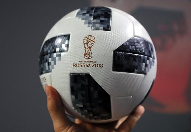 Adidas apresenta a bola oficial da Copa do Mundo da Rússia, Telstar 18 (Foto: Yuri Kochetkov/EFE)