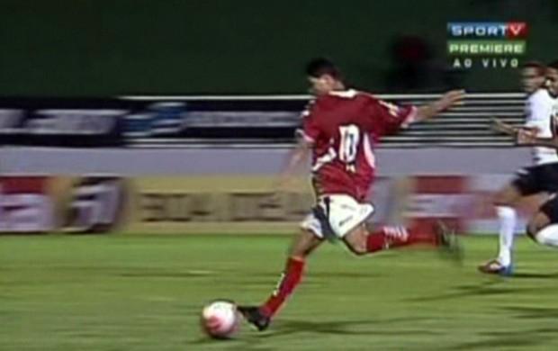 Jajá em ação contra o Atlético-PR: gol em campo, problemas fora dele. (Foto: Reprodução Sportv)