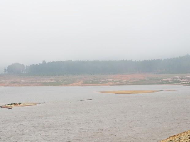 Represa de Ponte Nova, em Salesópolis, no dia 14 de outubro (Foto: Maiara Barbosa/ G1)