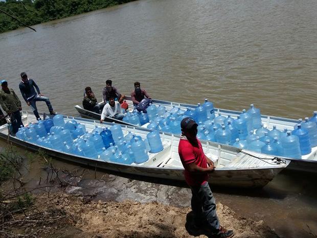 Galões de água são levados até as aldeias de barco (Foto: Tawari Kaiabi/Arquivo Pessoal)