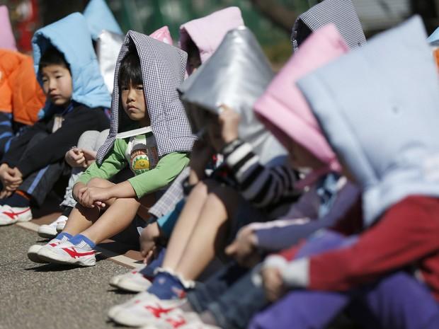 Em seguida, crianças foram para o lado externo da escola (Foto: Issei Kato/Reuters)