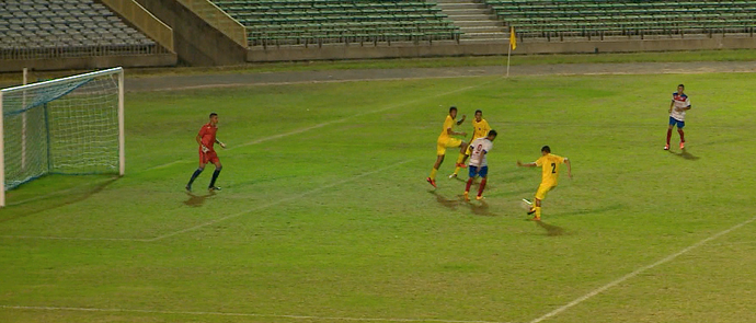Gol contra de canela no Piauiense Sub-17 (Foto: TV Clube)
