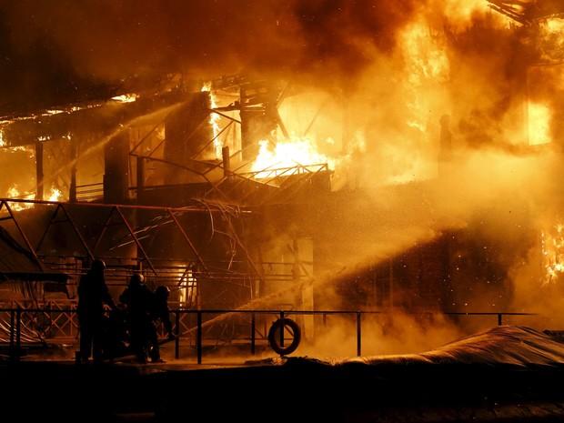 Bombeiros combatem incêndio no restaurante Veranda on the Dnieper, em Kiev, na quarta (25) (Foto: Reuters/Stringer)