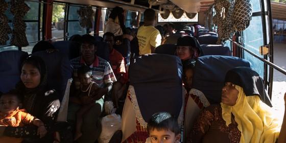 Um grupo de Rohingyas foge de Mianmar. Perseguidos em seu país, eles fogem para o vizinho Bangladesh (Foto: AFP)