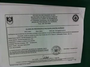 Advogado da boate apresenta o alvará de funcionamento (Foto: Tatiana Lopes/G1)