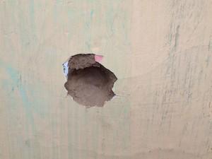 Marca de tiro na parede de casa em Amargosa, na Bahia (Foto: Ruan Melo/G1)