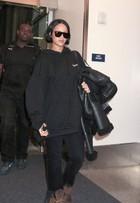 Rihanna aparece com os cabelos curtinhos ao desembarcar nos EUA