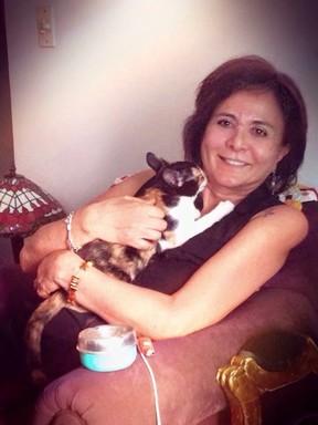 Harumi com a gata, Miwa (Foto: Arquivo Pessoal)