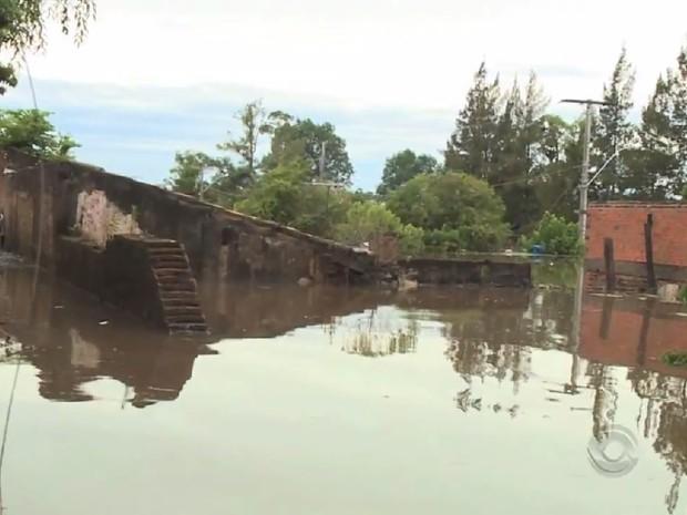 Cheia de rios na Fronteira Oeste alagou cidades rs (Foto: Reprodução/RBS TV)