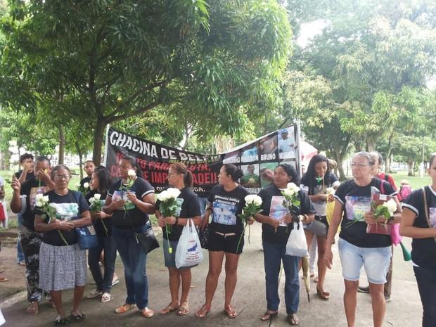 Familiares de vítimas levaram rosas brancas durante protesto (Foto: Vitória Teixeira / G1)