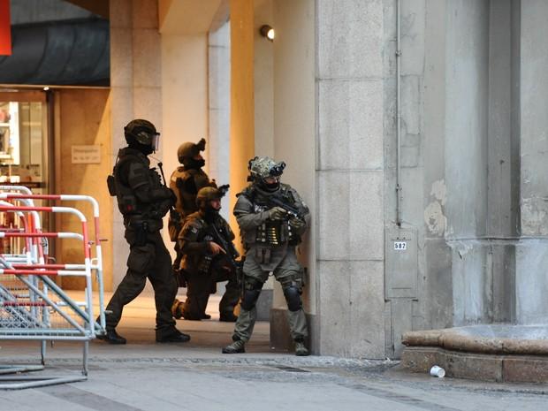 Policiais protegem a área da estação de metrô Karlsplatz em Munique, na Alemanha, perto do shopping center onde houve um tiroteio (Foto:  Andreas Gebert/dpa/AFP)