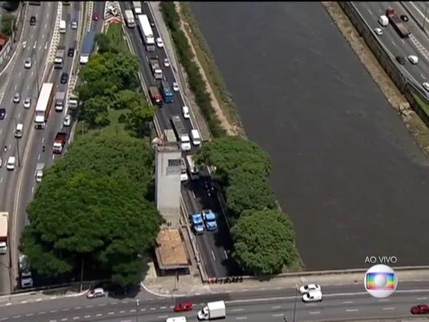 Caminhoneiros fazem protesto na Marginal Tietê (Foto: Reprodução/TV Globo)