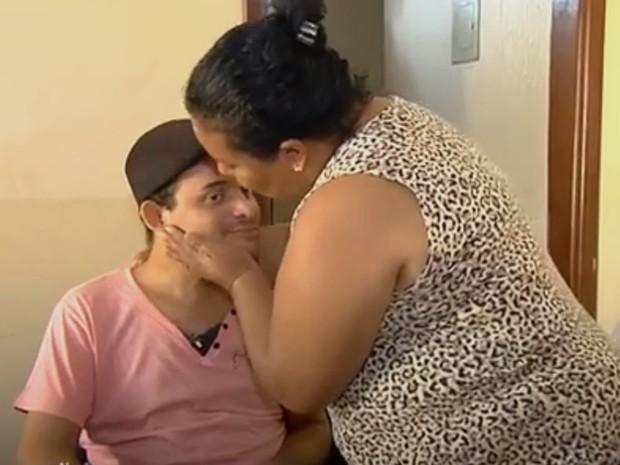 Mãe diz que passageiro que 'voou' em acidente nasceu três vezes, em Jataí, Goiás (Foto: Reprodução/TV Globo)