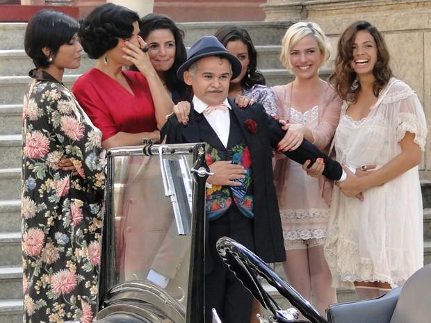 Miss Pirangi decide ficar no Bataclã com as amigas (Foto: Gabriela / TV Globo)