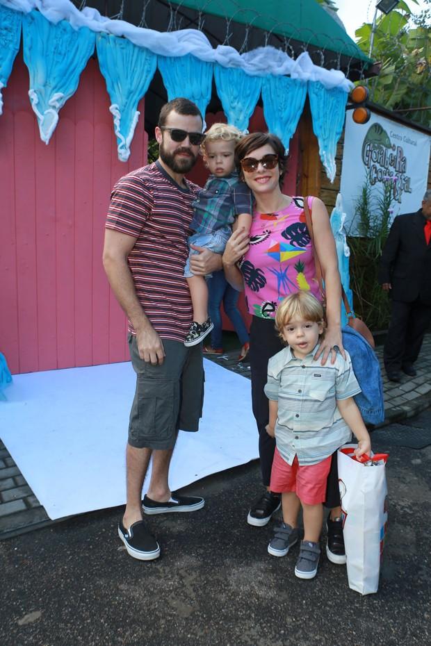 Regiane Alves com marido e filhos, Antonio e João (Foto: DILSON SILVA/AGNEWS)