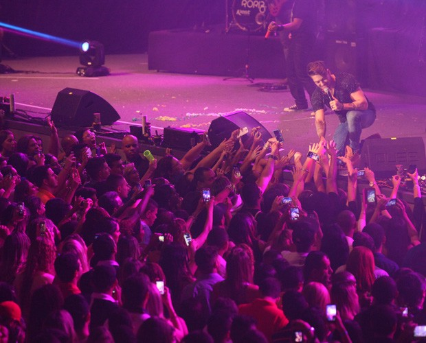 Fãs demonstram carinho pelo cantor sertanejo, Lucas Lucco (Foto: Carol Caminha/ GShow)