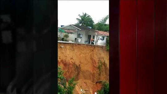 Bombeiros retomam buscas por 4 desaparecidos após deslizamento