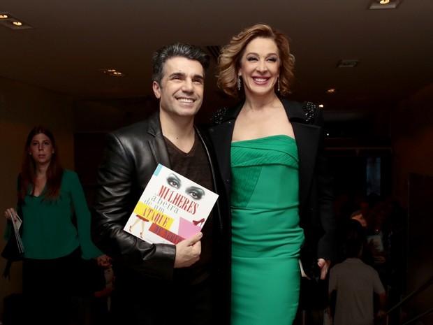 Claudia Raia e o namorado, Jarbas Homem de Mello, em estreia de peça em São Paulo (Foto: Rafael Cusato/ Foto Rio News)