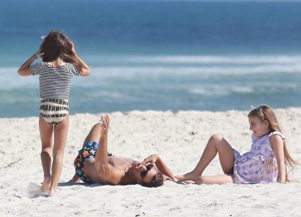 Cauã Reymond pega praia com namorada e filha (Foto: Agnews)