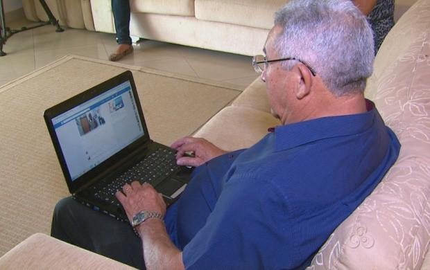Fausto de Assis sempre confere as redes sociais (Foto: Roraima TV)