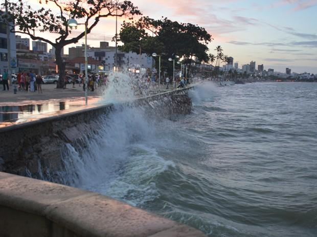 Ressaca fez com que o mar invadisse o Largo da Gameleira (Foto: Walter Paparazzo/G1)