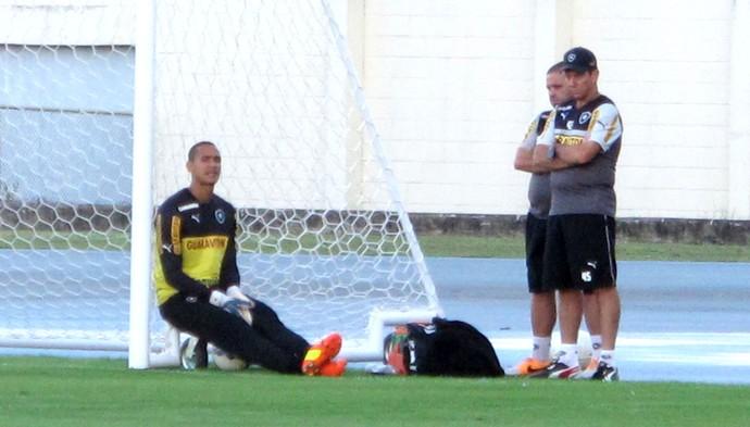 Renan goleiro no treino do Botafogo (Foto: Gustavo Rotstein)