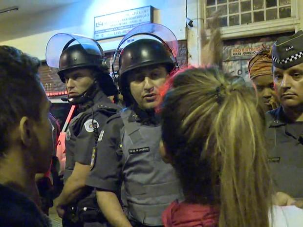 PMs negociam com os estudantes a liberação da Avenida Nove de Julho (Foto: Reprodução/TV Globo)
