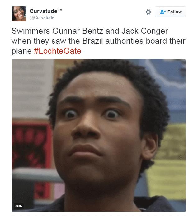 """""""Nadadores Gunnar Bentz e Jack Conger quando eles viram as autoridades brasileiras subirem no avião"""" (Foto: Reprodução/Twitter)"""