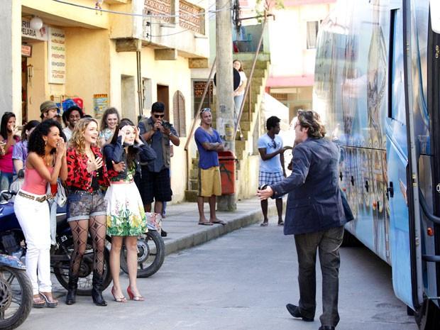 As empreguetes ficam empolgadíssimas (Foto: Cheias de Charme / TV Globo)