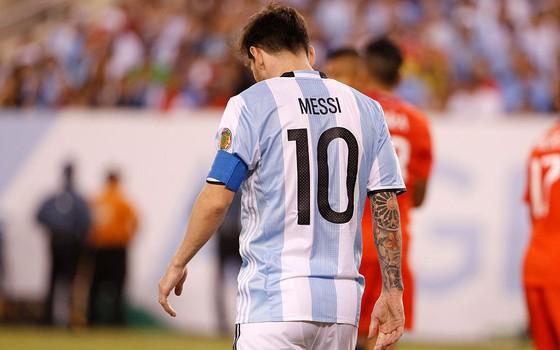 Lionel Messi lamenta a terceira derrota consecutiva em decisões com a seleção argentina (Foto: Getty Images)