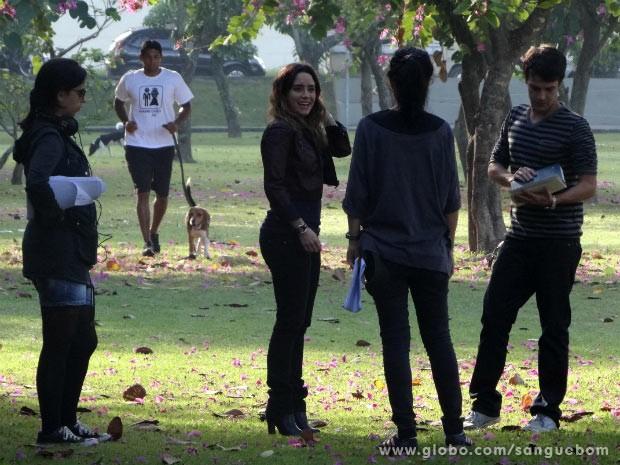 Malu e Maurício juntinhos? Fernanda Vasconcellos e Jayme Matarazzo gravam cena dos personagens (Foto: Sangue Bom/TV Globo)