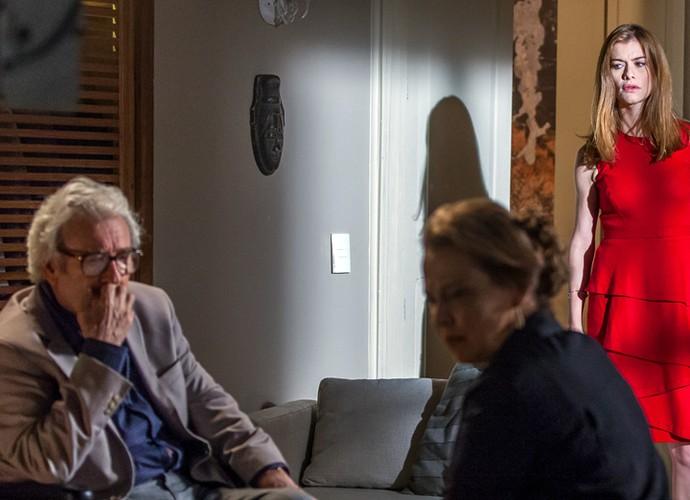 Lívia escuta a conversa entre o avô e a mãe (Foto: Artur Meninea/Gshow)