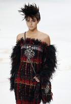 Kendall Jenner rouba a cena no desfile de alta-costura da Chanel, em Paris